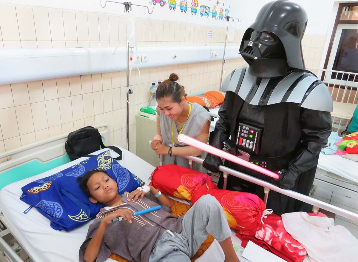 Laughter is the best medicine: Volunteers from Sahabat Anak Kanker community wearing Rey and Darth Vader costumes console a patient at Saiful Anwar Hospital in Malang, East Java, on Sunday. The outreach program aimed to share the New Year's spirit with parents and children. JP/Nedi Putra