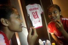 Simey, a player of Persijap Jepara, puts on lip gloss before the match. JP/Maksum Nur Fauzan