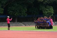 Former national player Rochi Putiray takes a photo of his team before the tournament kicks off. JP/Maksum Nur Fauzan