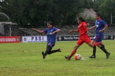 A Persijap player passes two Jakarta 69 players. JP/Maksum Nur Fauzan