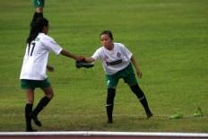 Two Jakarta 69 players change their shoes. JP/Maksum Nur Fauzan