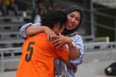 A Putri Kediri player hugs her mother after the match ends. JP/Maksum Nur Fauzan