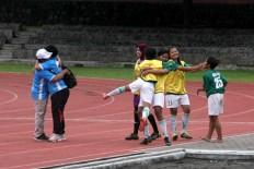 Putri Mataram Yogyakarta teammates celebrate their victory in the Bengawan Cup. JP/Maksum Nur Fauzan