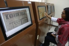 Online exhibit: A visitor browses the digital newspaper library in the museum's e-paper room. JP/Maksum Nur Fauzan.