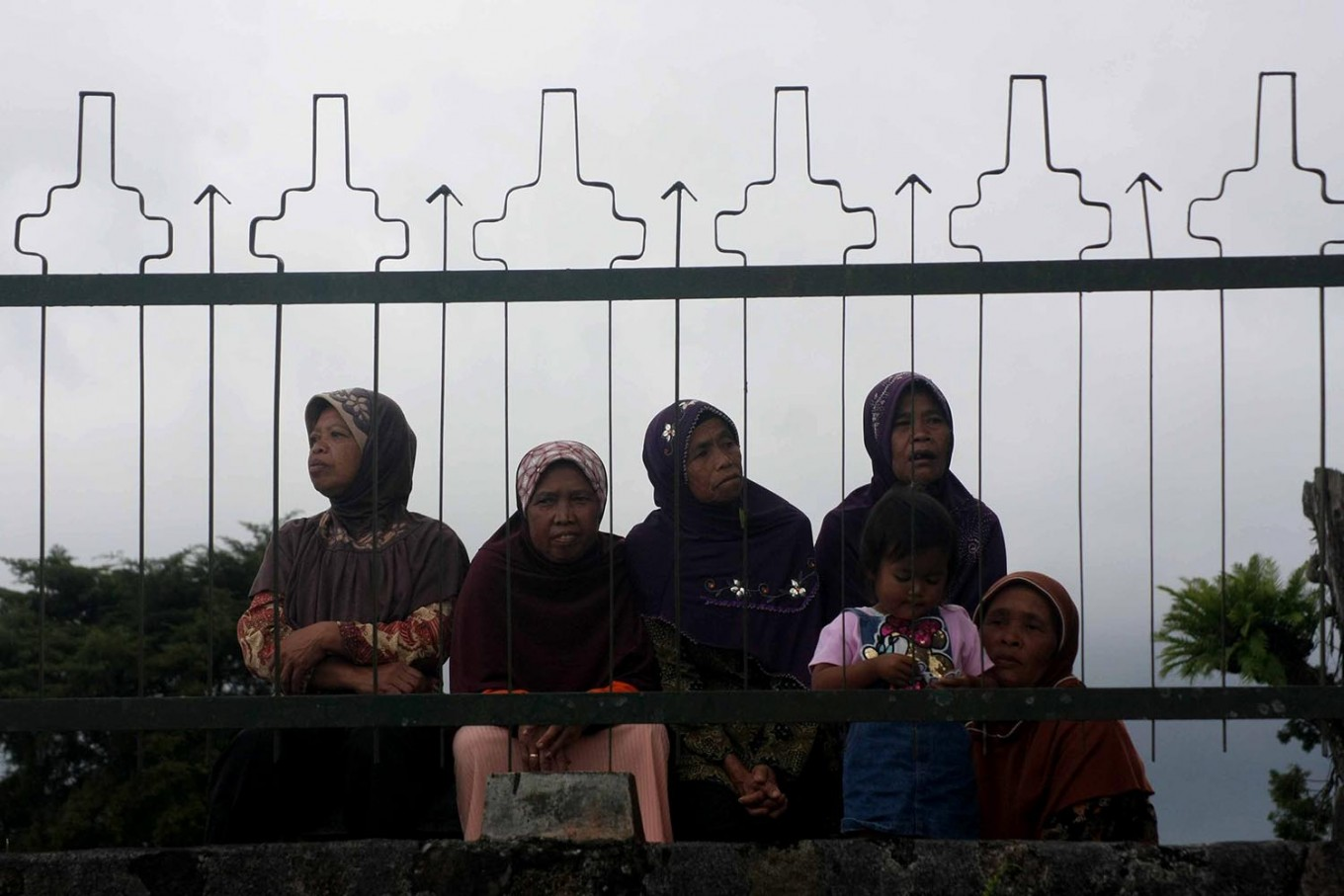 Five women and a child watch the Srawung Seni Candi festival. JP/Maksum Nur Fauzan