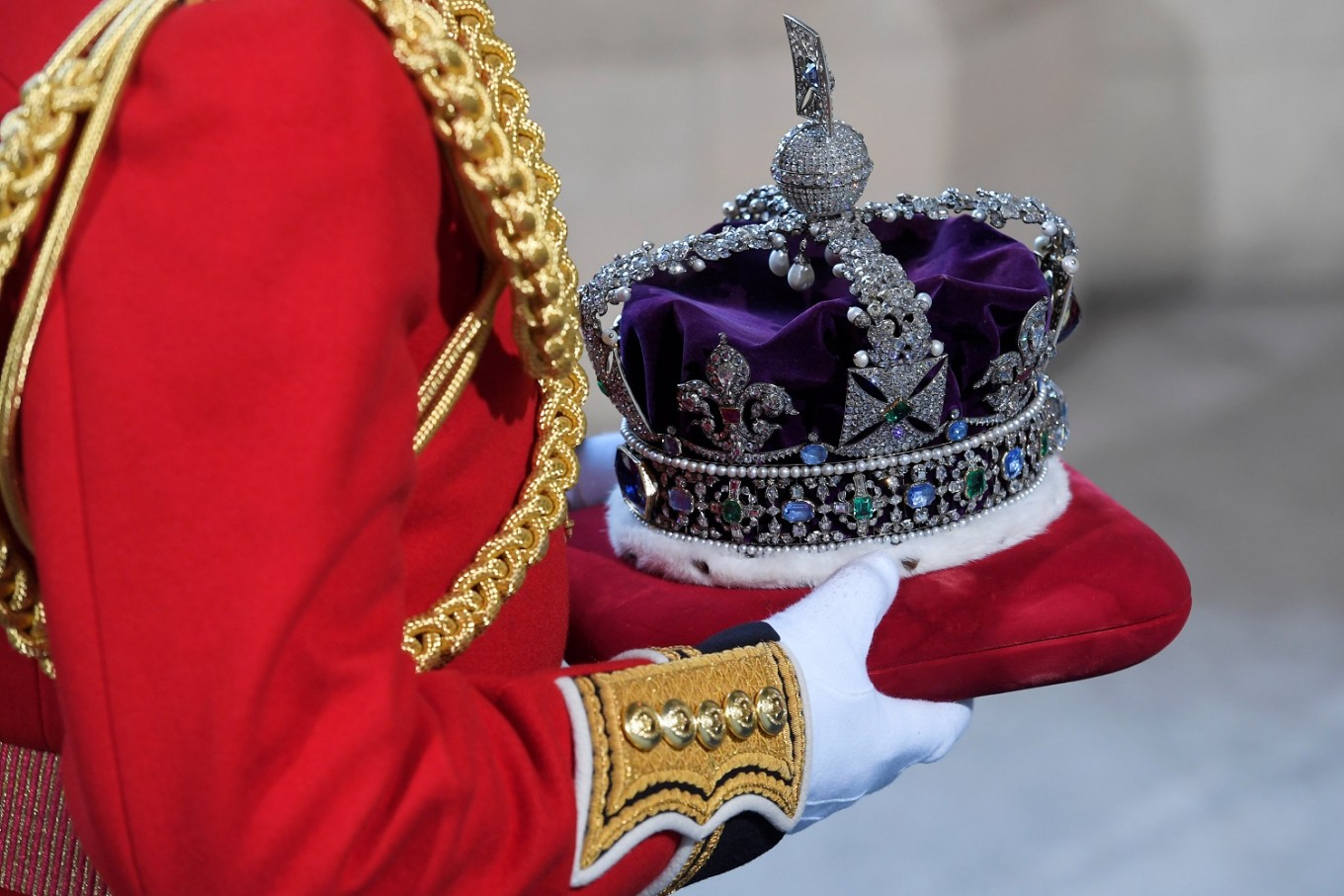 British crown jewels buried in biscuit tin during WWII