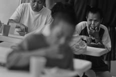Patients eat lunch in the cafeteria. Antara/Hafidz Mubarak