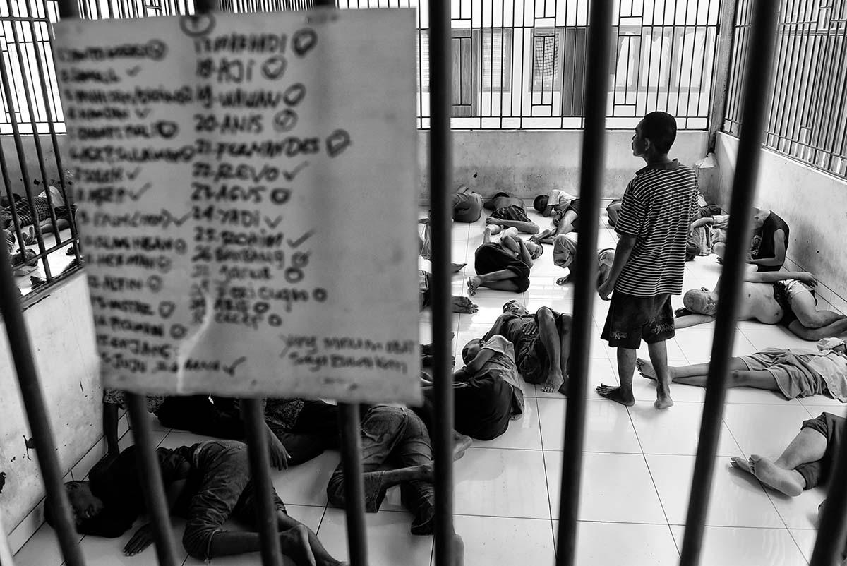 Some patients lie on the floor at a ward. Antara/Hafidz Mubarak