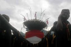 Marching together: Local men carry a large gunungan called Estri. JP/Maksum Nur Fauzan