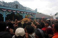 Royal rumble: Hundreds of locals compete to get whatever they can from a gunungan. JP/Maksum Nur Fauzan