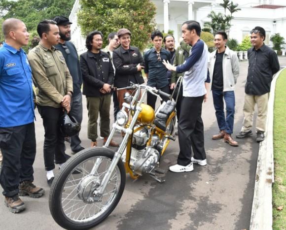 Jokowi tours Sukabumi with his gold chopper
