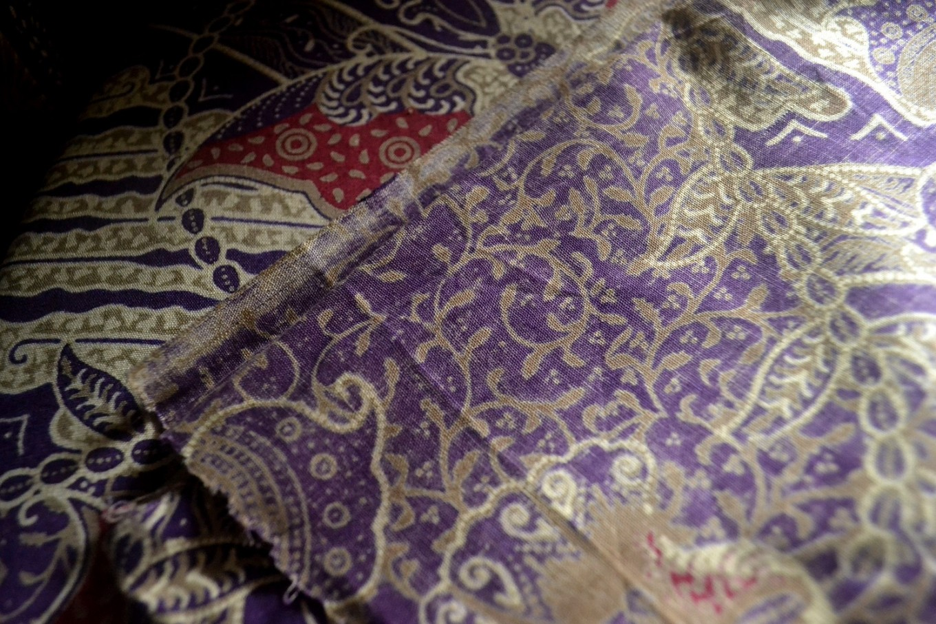 "Printed batik usually has a visible ""reverse"" side with less vibrant or faded colors, as the fabric is printed only on one side."