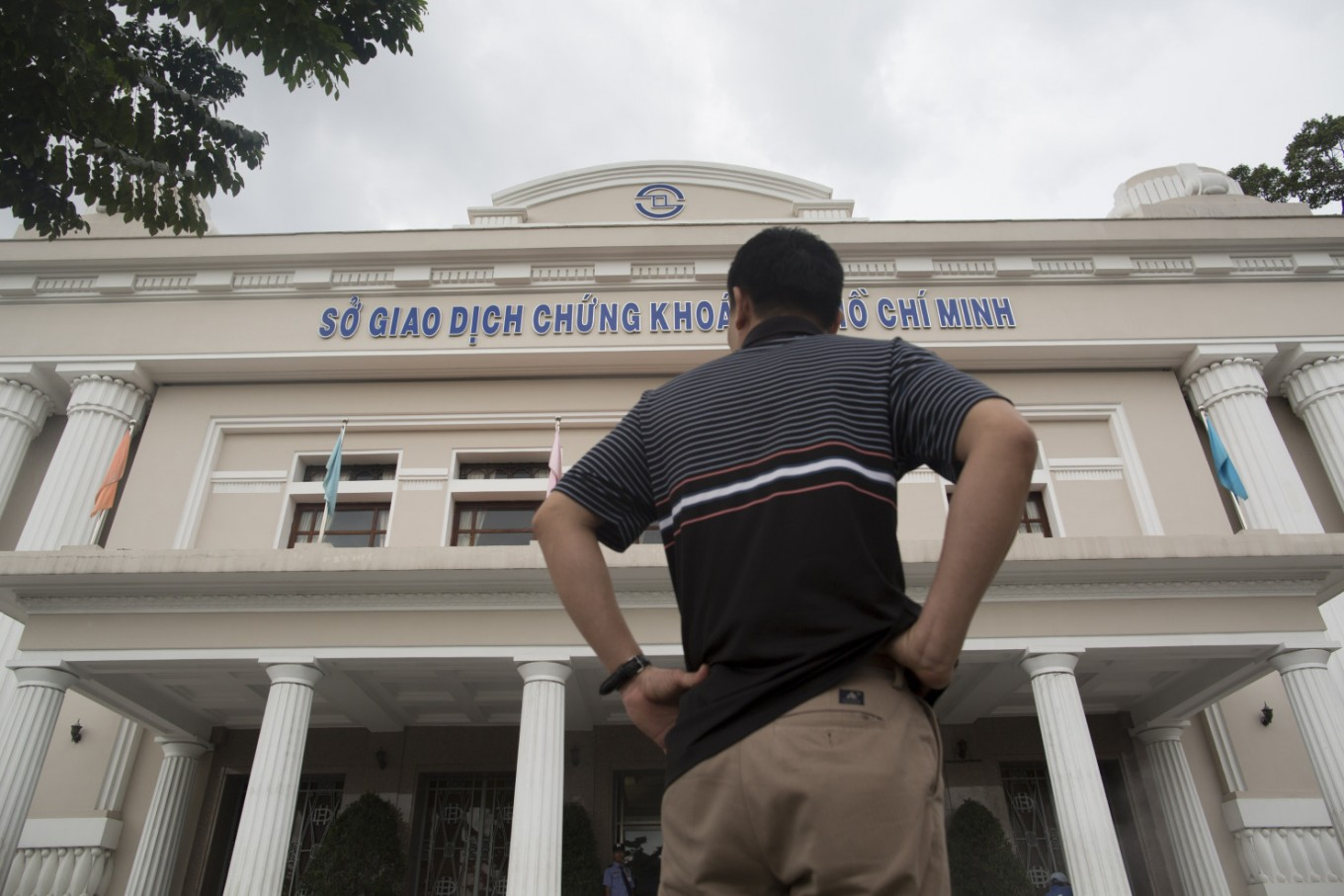 Vietnam's biggest stock exchange halts trading after malfunction