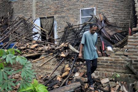 Earthquake damages three housesinSukabumi