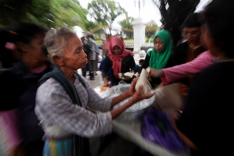An elderly woman receives her free meal. JP/ Boy T. Harjanto