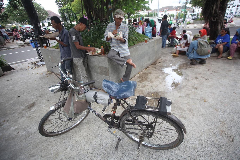 Poor people enjoy their free meals. JP/ Boy T. Harjanto