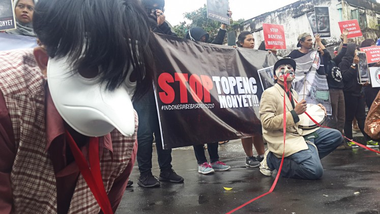 Animal rights: Animal Friends Jogja (AFJ) activists call on the government to take tougher actions to stop the exploitation of long-tailed macaque in a demonstration in front of the Yogyakarta administration complex on Jan.30.