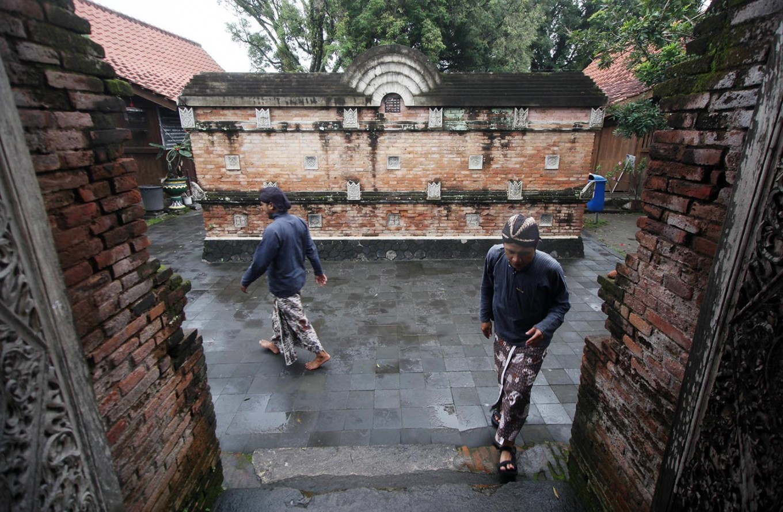 Pilgrims wear Javanese traditional costumes when paying respect in Kotagede's royal graveyard. JP/Boy T. Harjanto