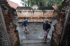 Pilgrims wear Javanese traditional costumes when paying respect in Kotagede's royal graveyard. JP/Boy T. Harjanto