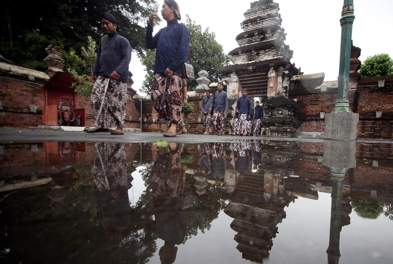 Pilgrims wearing Javanese traditional costume walk inside the royal graveyard compound. JP/Boy T. Harjanto
