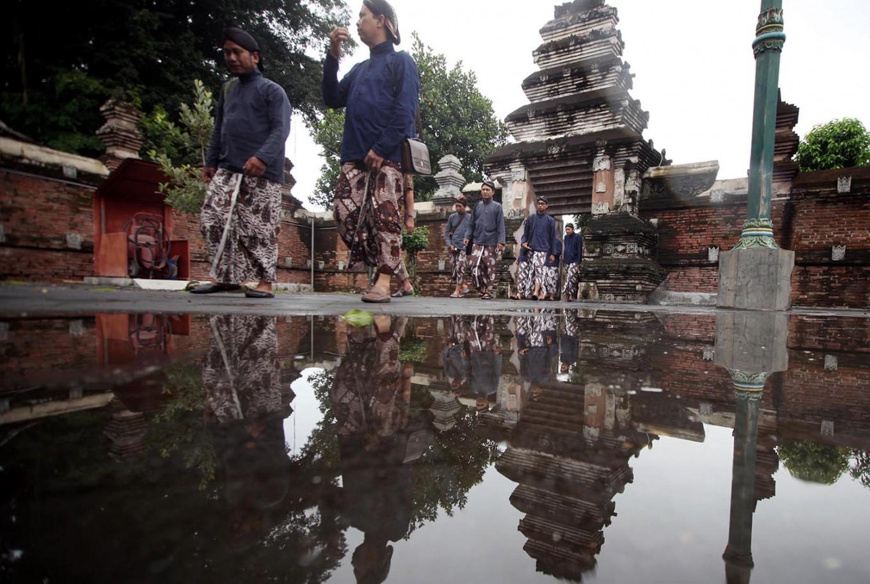 Pilgrims wearing Javanese traditional costume walk inside the royal graveyard compound. JP/Boy T. Harjanto