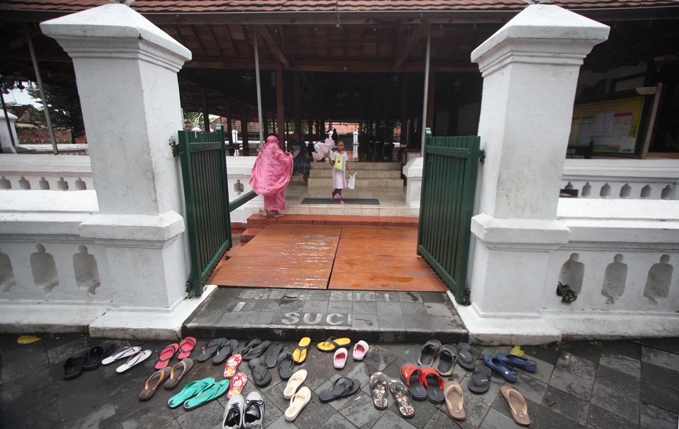 Sandals are scattered in front of the mosque prior to the Dzuhur (midday) prayer. JP/Boy T. Harjanto
