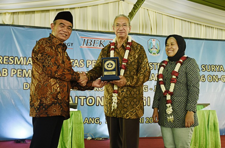 Stronger cooperation: Educationa and Culture Minister Muhadjir Effendi (left) and Paiton Energy chief financial officer Syakib Bafakih shake hands during the inauguration of a solar power plant and a solar energy laboratory in state senior high school SMA Negeri 8 Malang, East Java, on Jan. 30.