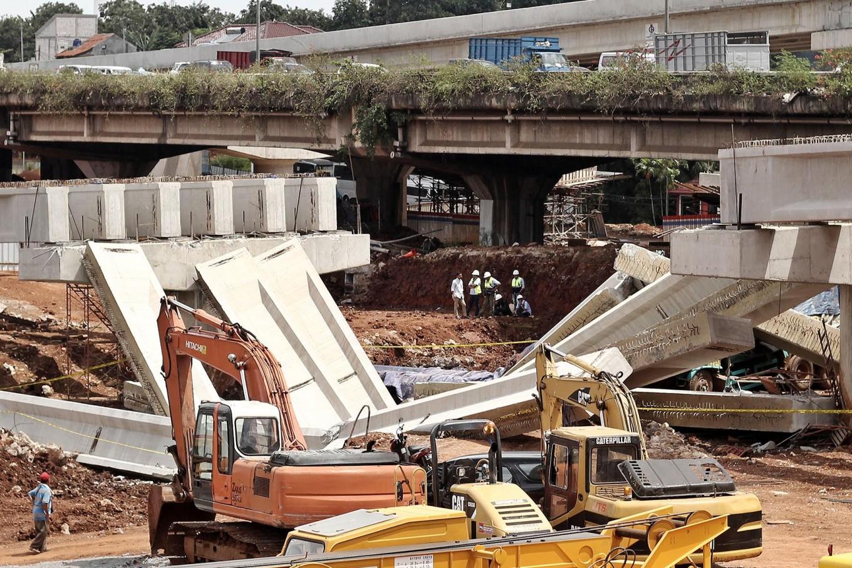 Six girders at the Depok-Antasari toll road construction project along Jl Antasari and Jl TB Simatupang in South Jakarta collapsed on Tuesday morning, January. 2, damaging an empty dump truck. JP/Ben Latuihamallo