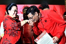 Indonesian Democratic Party of Struggle (PDI-P) Chairwoman Megawati Soekarnoputri shares a light moment with Djarot Saiful Hidayat, the party official in charge of membership and organizational matters,after having handed him a recommendation letter at the party headquarters in Jakarta on Thursday, January. 4.The party announces its governor and vice governor candidates fo four provincies, including North Sumatera, where former Jakarta governor Djarot will run for the top post in this year's election. JP/Dhoni Setiawan