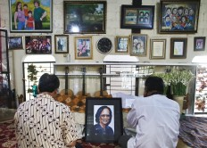 People pay respects to Yon Koeswoyo, a vocalist of legendary band Koes Plus, in Pamulang, South Tangerang, Banten, on Friday, January. 5. Yon died at 77. JP/Dhoni Setiawan