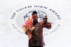 Raudlatut Thalibin Islamic boarding school leader Ahmad Mustofa Bisri receives the 2017 Yap Thiam Hien Award in Jakarta on Wednesday, January. 24. JP/Dhoni Setiawan