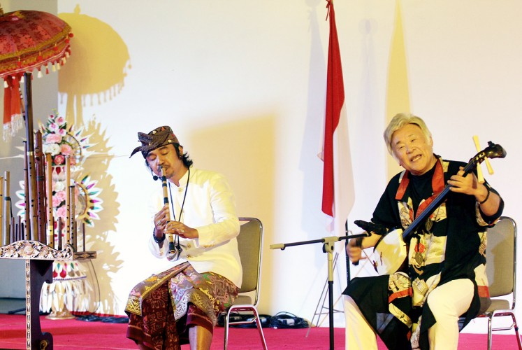 Two cultures: Shaminsen maestro Baisho Matsumoto (right) and Balinese flute maestro Gus Teja collaborate during a show on stage at Bentara Budaya Bali on Saturday.