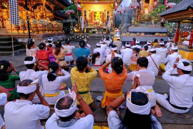 Hindu-Balinese pray at Batur Sari temple in Ubud, Bali.
