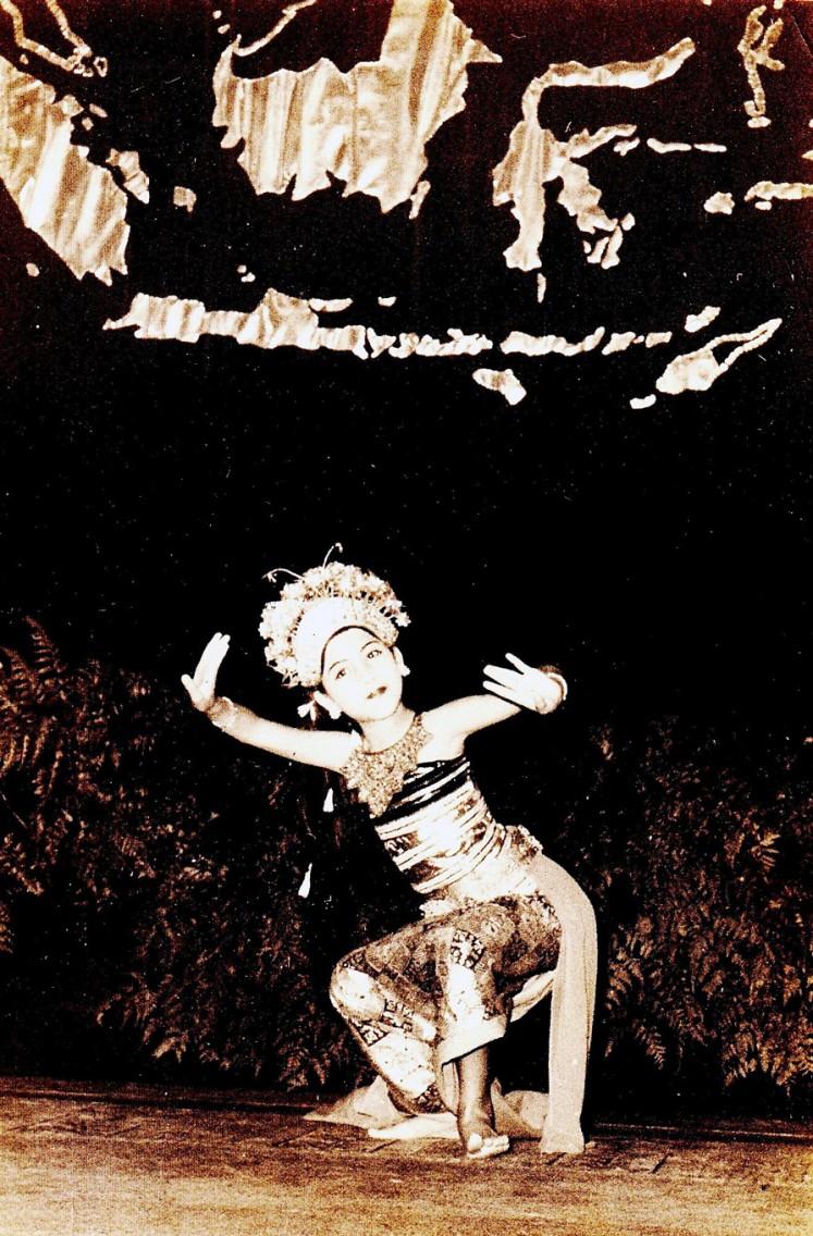 Ayu Bulantrisna Djelantik menari di Istana Tampaksiring saat masih kecil | Foto: Koleksi Ayu Bulantrisna Djelantik
