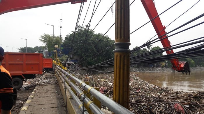 Floods see 1,596 tons of garbage removed from Ciliwung River