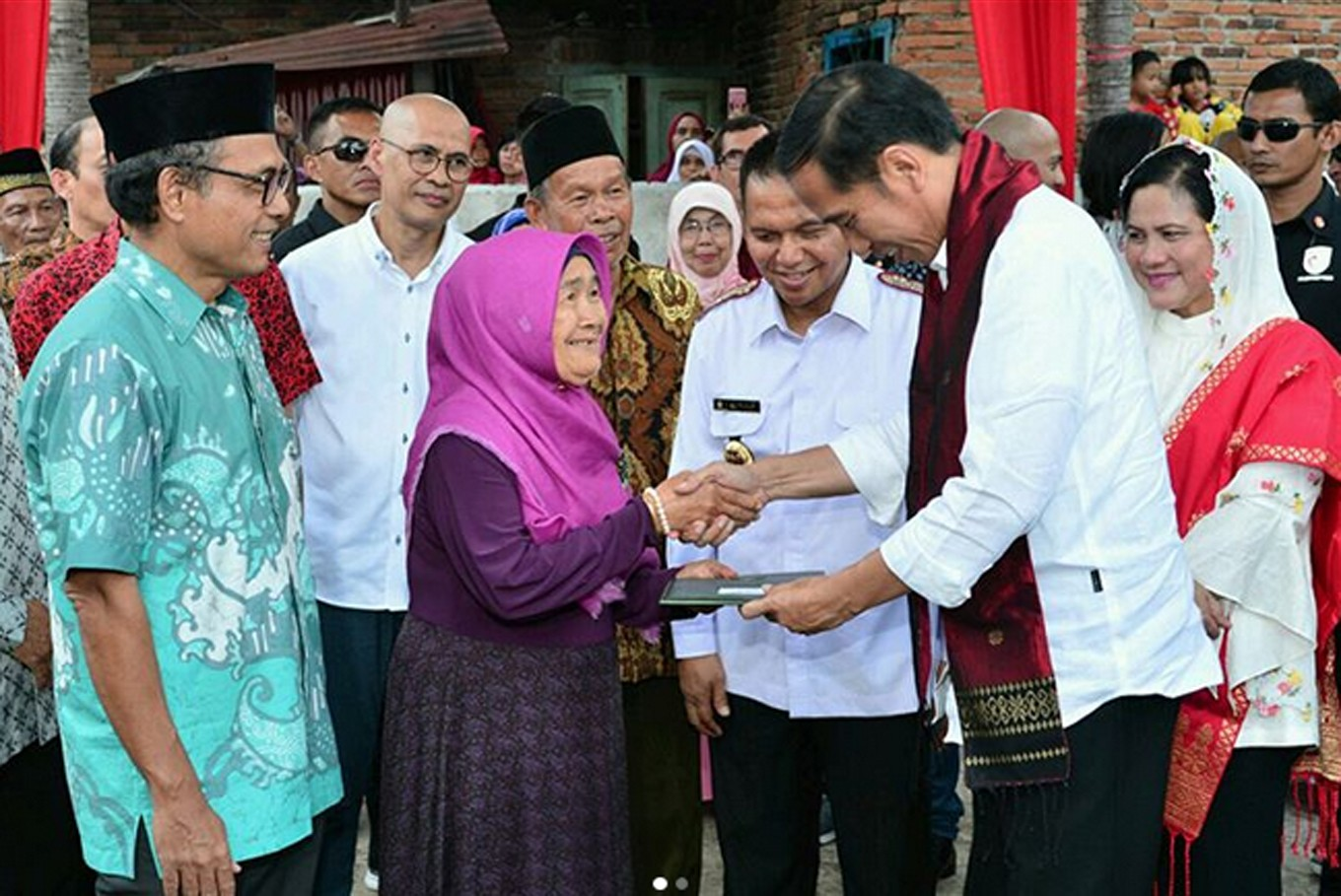 Jokowi pays homage to Indonesian press pioneer during West Sumatra trip