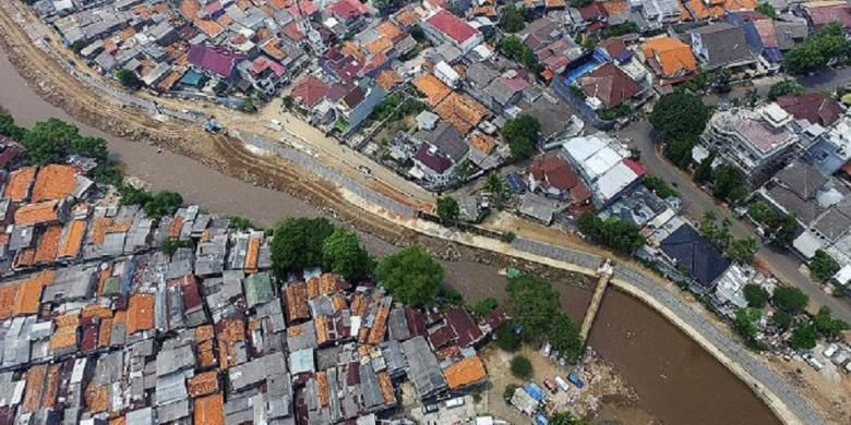 Flooding in South Jakarta as Kali Pulo River embankment breaks
