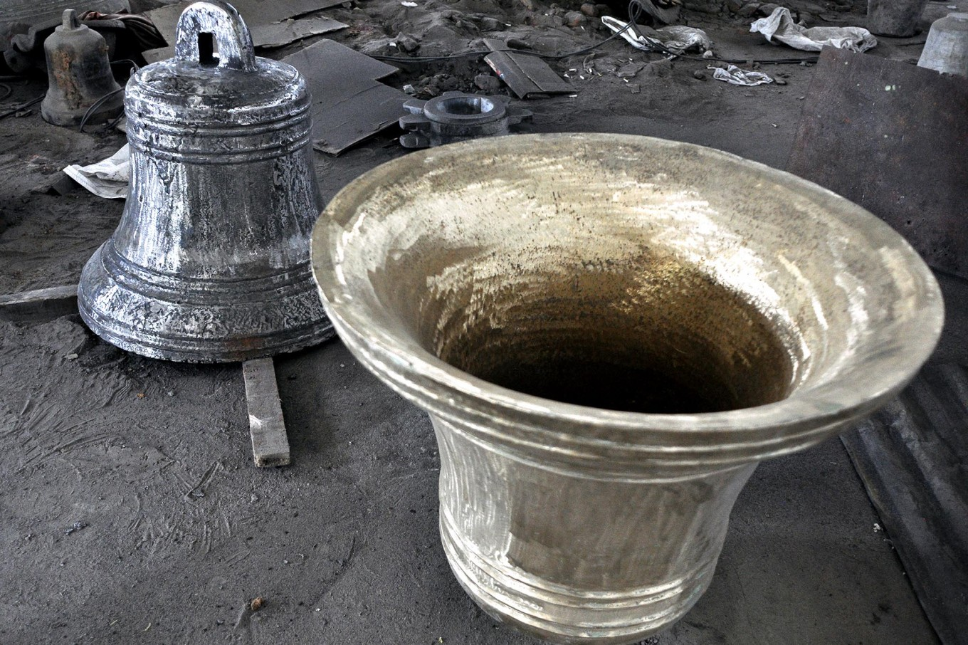 A bronze church bell 67 cm in diameter is finished being polished and is ready for the next step.  JP/Magnus Hendratmo