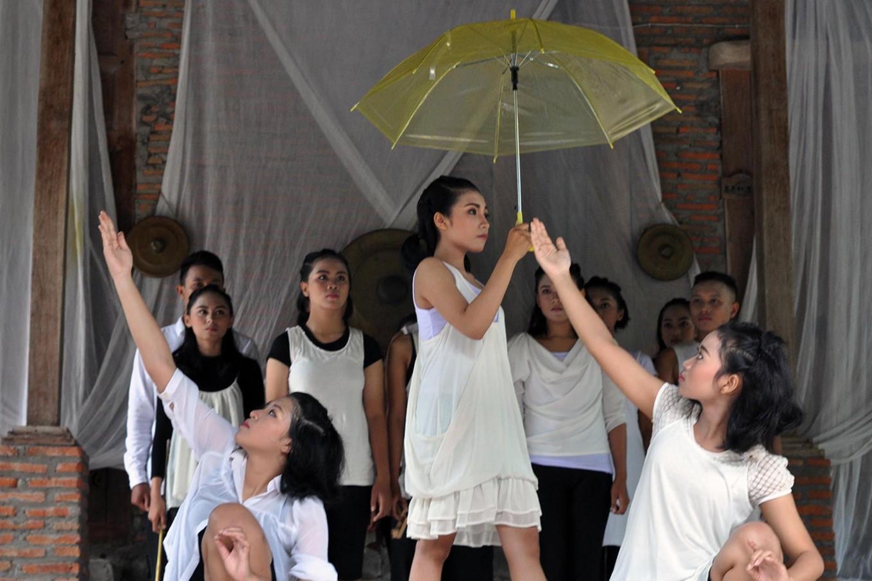 Dancers from the Dipaba studio, led by Nungki of Yogyakarta, perform the Dipaba dance. JP/Magnus Hendratmo