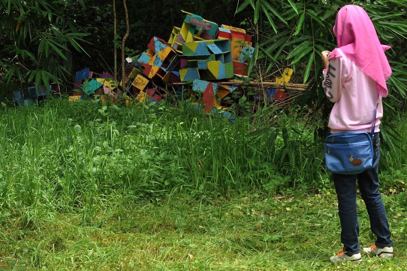 A girl photographs an art installation in the backyard of the Mugi Dance studio during the festival. JP/Magnus Hendratmo
