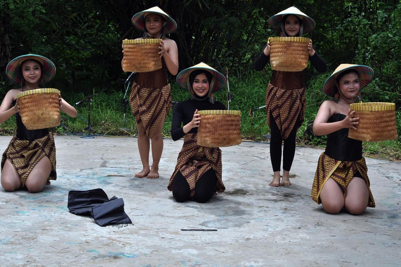 Dancers from the Pasah Pambelon studio of Palangkaraya, Central Kalimantan, perform the Mempisik Hujan during the International Rain Festival in Kartasura, Central Java. JP/Magnus Hendratmo
