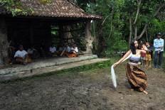 Unik Cahyani performs the Tuk Tuk Dung at the festival. JP/Magnus Hendratmo
