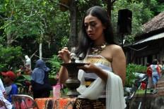 Twenty-one- year-old Unik Cahyani from the Peni studio prepares to perform the Tuk Tuk Dung dance. JP/Magnus Hendratmo