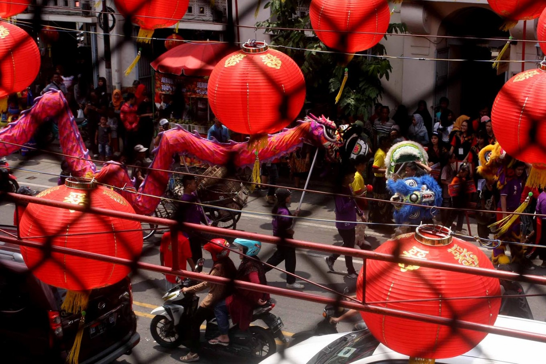 Going to town: A Liong dance group arrives at Gede Market in Surakarta, Central Java. JP/ Maksum Nur Fauzan