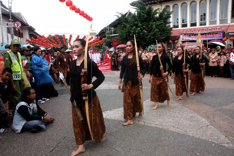 Taking aim: Dancers perform the traditional archery dance Semprang Jemparingan. JP/ Maksum Nur Fauzan