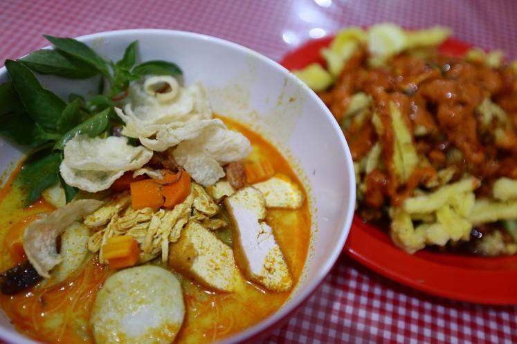 Laksa and asinan dishes at a local eatery near Lama Market