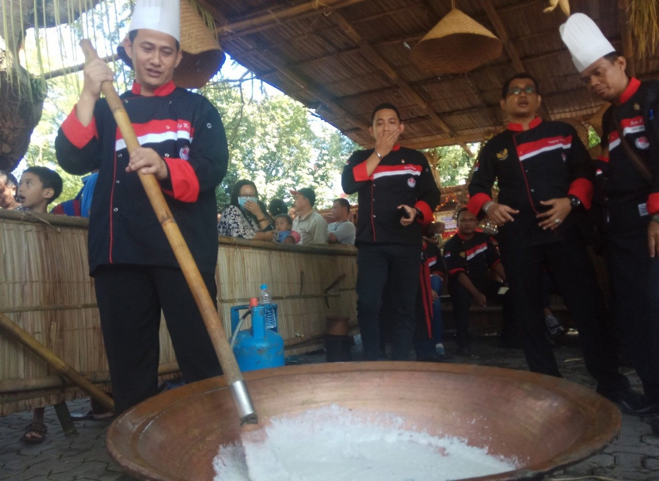 A hotel chef demonstrates how to make 'jenang.'