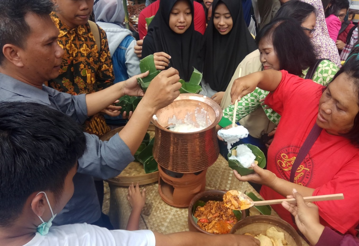 People line up for free 'jenang' at the festival held for celebrating the anniversary of Surakarta.