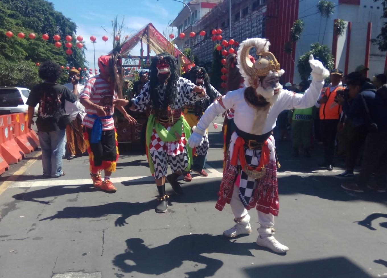 Hanoman dance in the 'jenang' festival parade on Jl. Jenderal Soedirman, Surakarta.