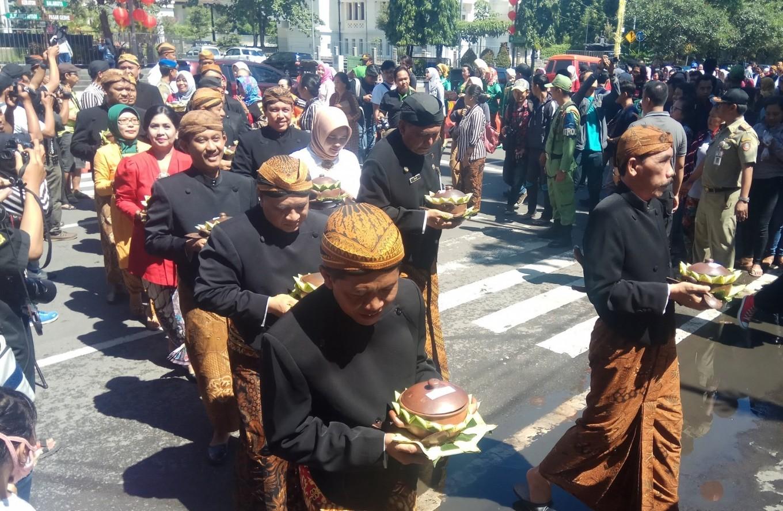 A parade kicked off the 'jenang' festival in Surakarta.